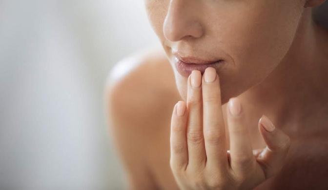 Eine Frau betreibt Lippenpflege