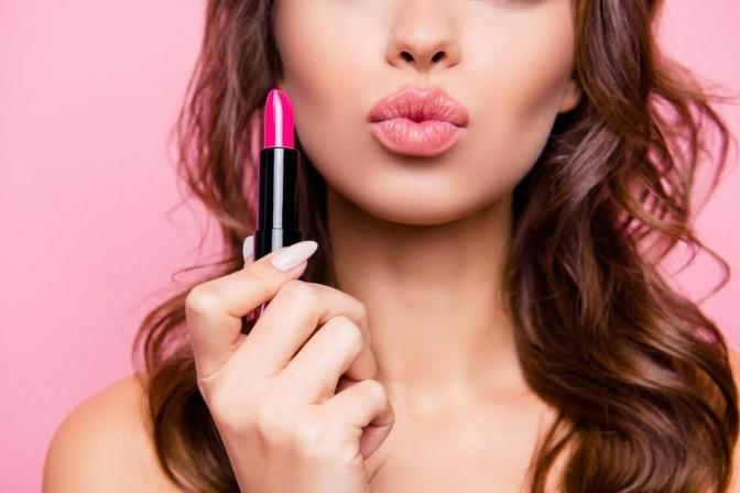 Frau mit Lippenstift in der Hand