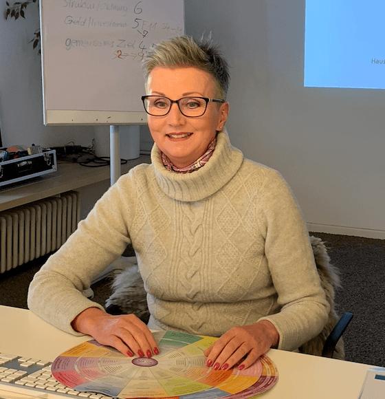 Lissy Götz sitzt bei ihrem Flowchart Hologramm-Programmierung
