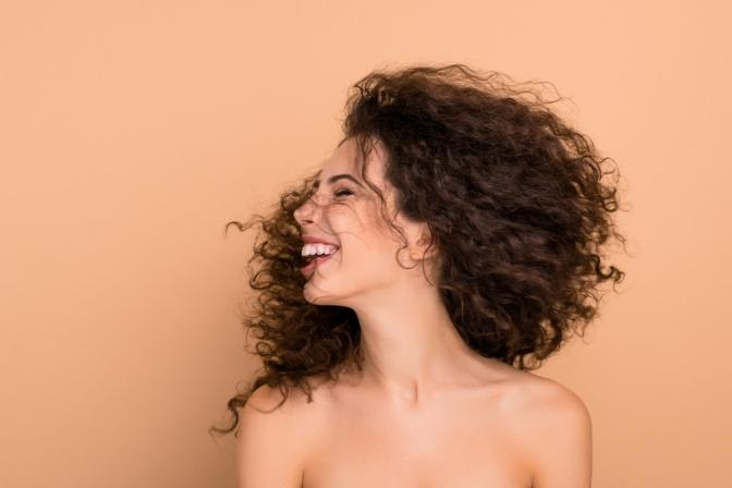Eine Frau mit schönen Locken durch selbst gemachten Conditioner