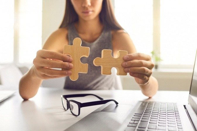 Frau mit zwei Puzzleteilen