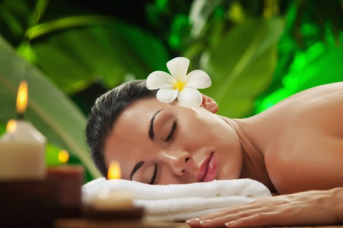 Eine Frau liegt bei einer Lomi Lomi Nui Massage