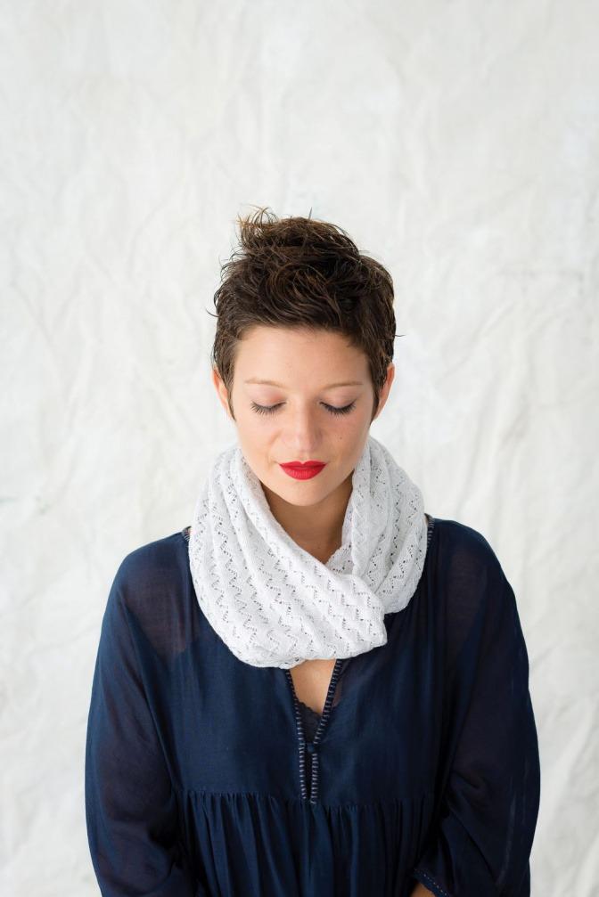 Eine Frau hat ein Tuch als Loop-Schal gebunden