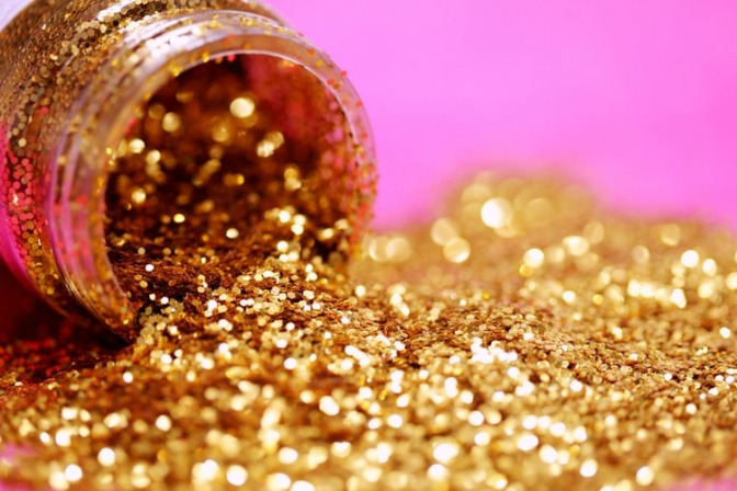 Aus einem Gefäß wurde goldener Glitter ausgeschüttet
