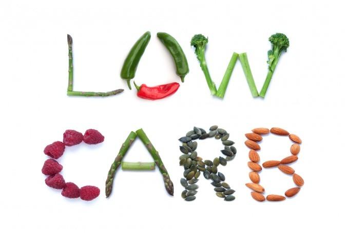 Mit Gemüse ist der Schriftzug Low Carb geschrieben