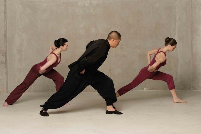 Ein Mann und zwei Frauen machen Lu Jong Yoga-Übungen