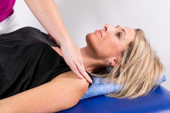 Frau bei einer Lymphdrainagebehandlung