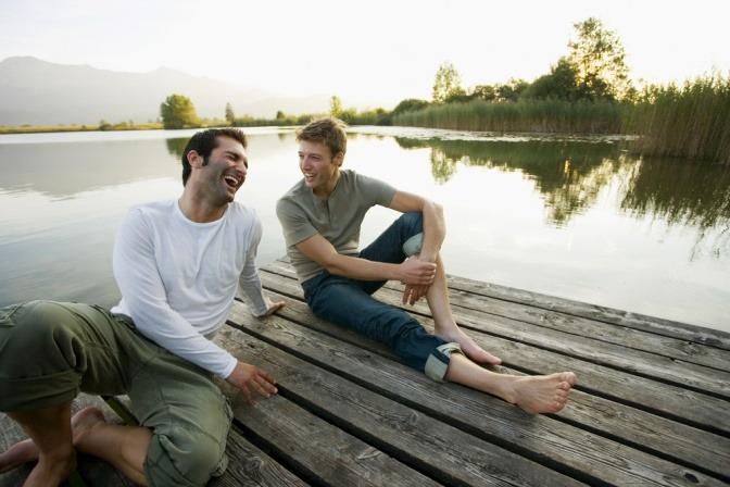 Zwei Männer gemeinsam am See