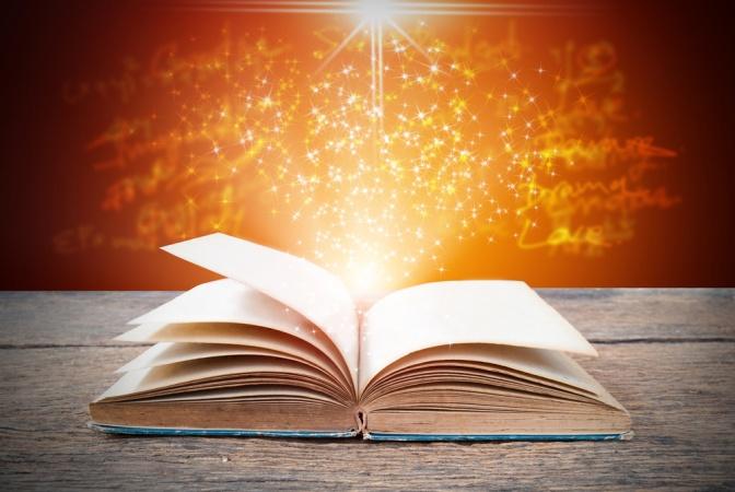Aus einem Buch kommt glitzernder Staub