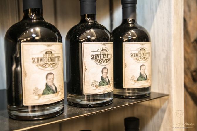 Drei Flaschen Der echte Schwedenbitter stehen auf einem Regal und haben eine Magenbitter Wirkung