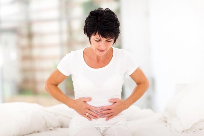 Eine Frau hat Magenschmerzen