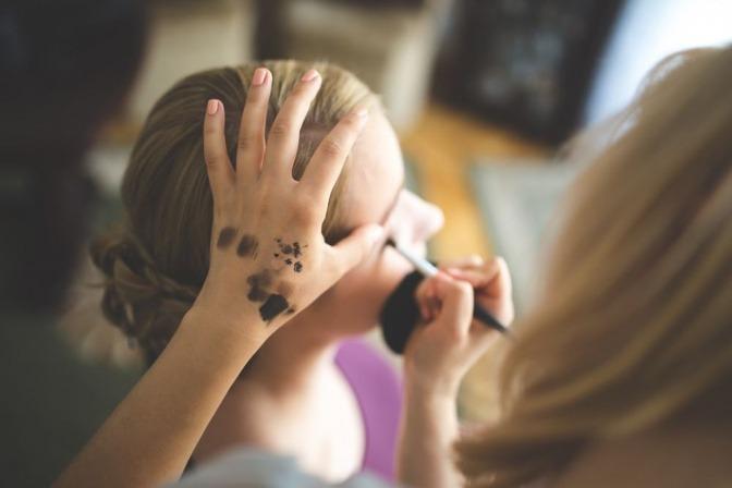 Eine Make-up-Artistin schminkt eine Frau