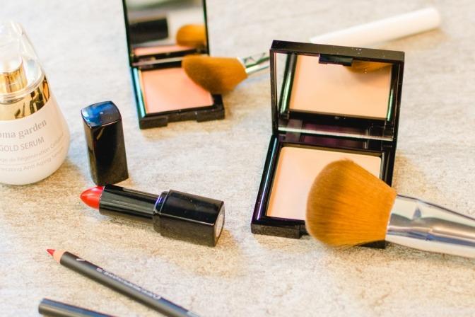 Auf einem Tisch stehen verschiedene Make-up-Utensilien