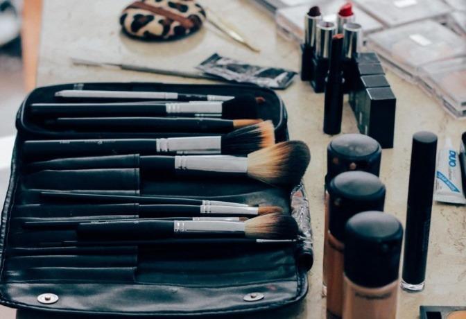 Make-up Produkte wie Pinsel und Farben