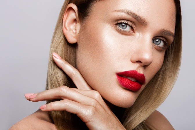 Eine Frau trägt die Make up Trends des Sommers 2021 im Gesicht