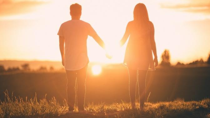 Ein Mann und eine Frau gehen Hand in Hand