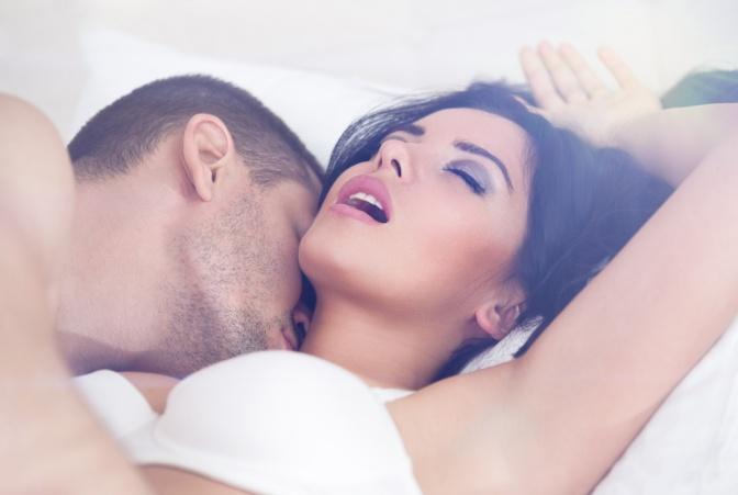 Ein Mann küsste eine Frau am Hals, diese schein einen Orgasmus zu erleben