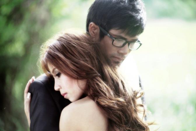Ein Mann und eine Frau umarmen sich