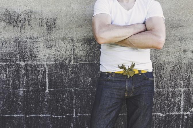Der Genitalbereich eines Mannes ist angezogen zu sehen