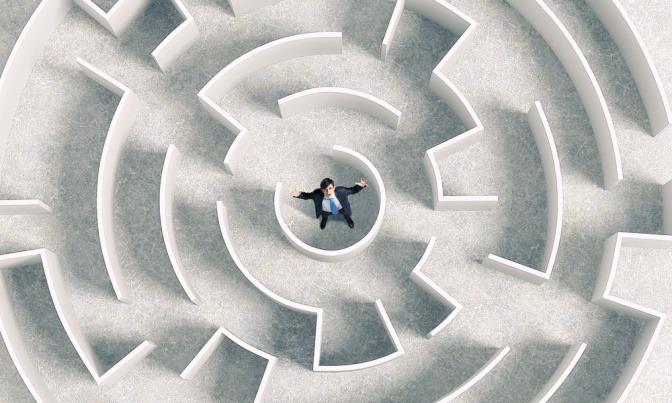 Ein Mann steht mitten in einem Labyrinth