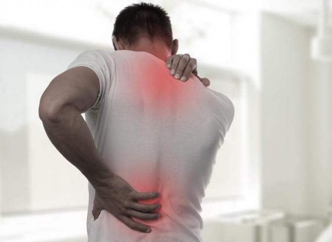 Ein Mann hat starke Rückenschmerzen