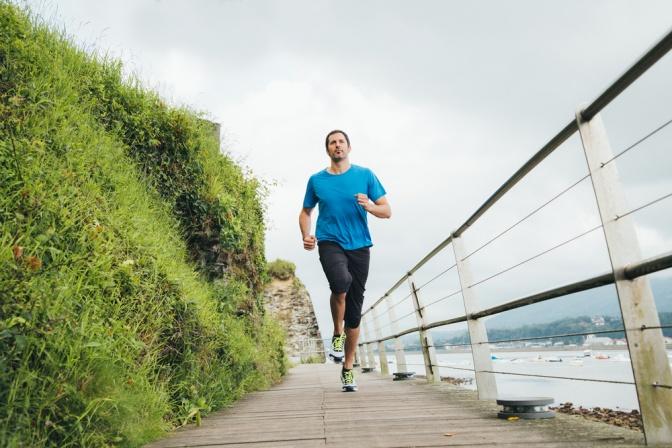 Mann joggt im Freien
