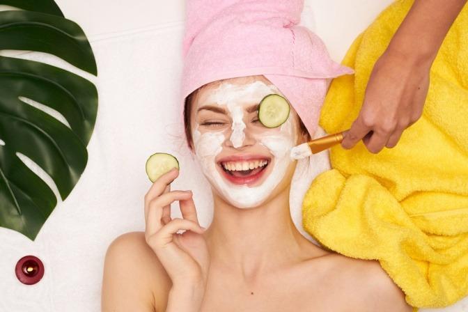 Lachende Frau mit Gesichtsmaske