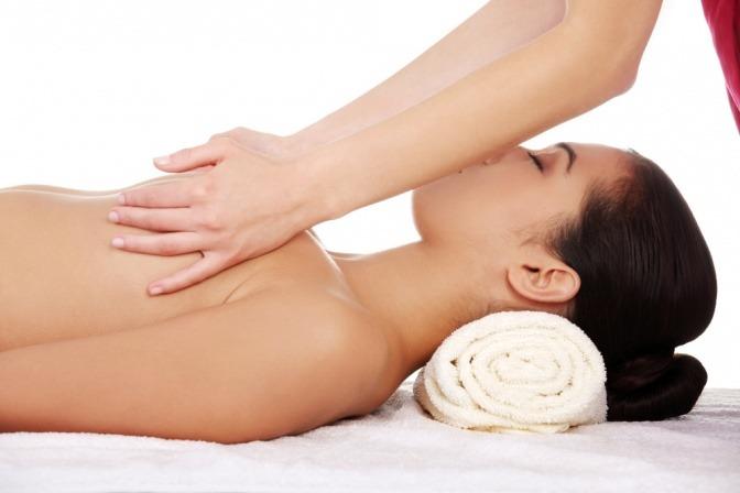 Eine Frau wird auf der Brust massiert