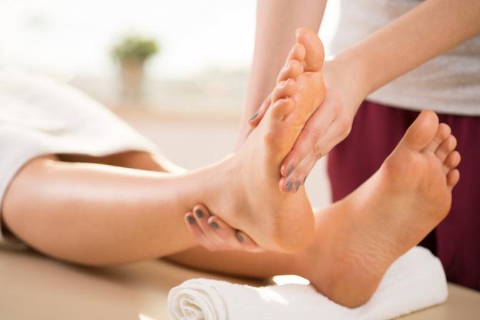 Eine Fußmassage wird durchgeführt