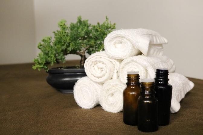 Öl vor Handtüchern und Bonsai