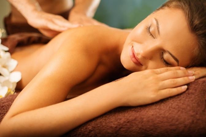 Eine Frau wird mit Massageöl massiert
