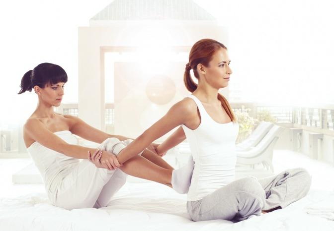 Zwei Frauen machen eine Massage (Thai Massage)