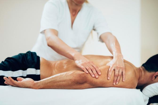 Ein Mann liegt bei einer Massage zur Entspannung