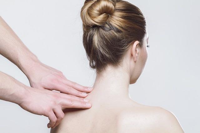 Eine Frau erhält eine Massage