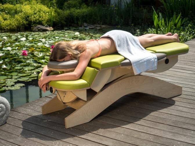 Eine Frau liegt auf einer Massageliege