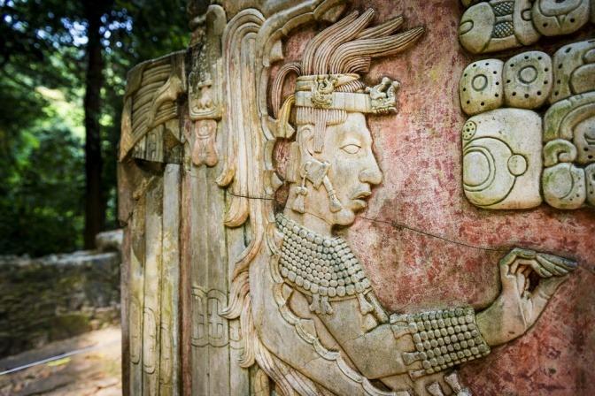 Ein Relief der Mayas auf einer Wand