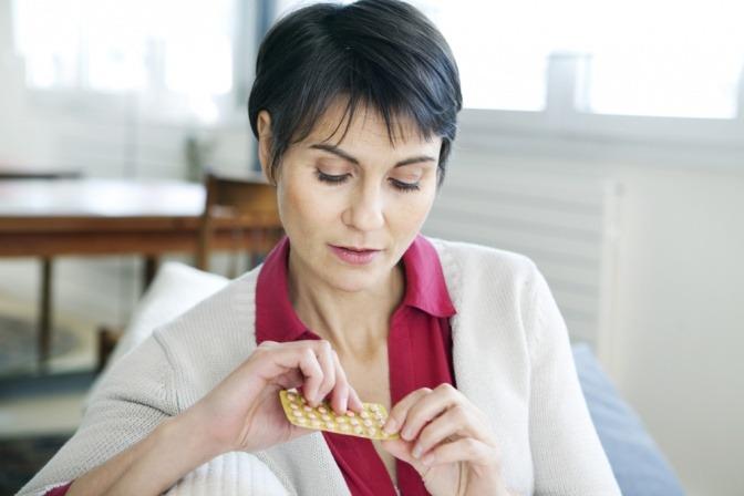 Eine Frau nimmt ein Medikament