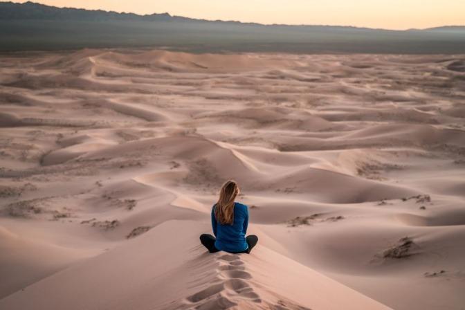 Eine Frau, die meditiert