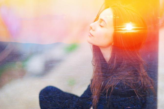Frau meditiert, entspannt und schafft mentale Stärke