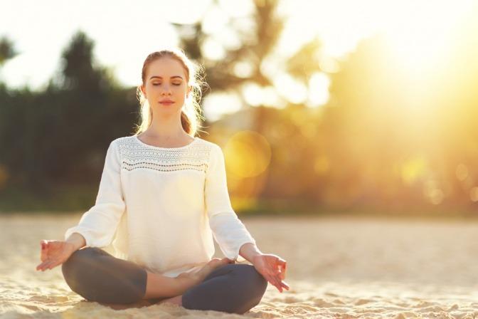 Eine Frau meditiert
