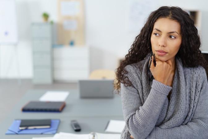 Eine Frau verbessert ihre Menschenkenntnis durch Selbstreflektion