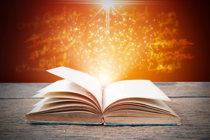 Ein offenes Buch, aus dem Lichtstrahlen scheinen.