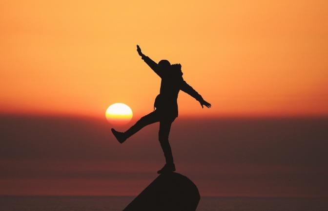 Die mentale Gesundheit, Corona und Spaß am Leben - all diese Dinge passen nicht wirklich zusammen. Ausgenommen sind solche natürlichen Frohnaturen wie dieser Mann, der auf einem Felsen im Meer tanzt.