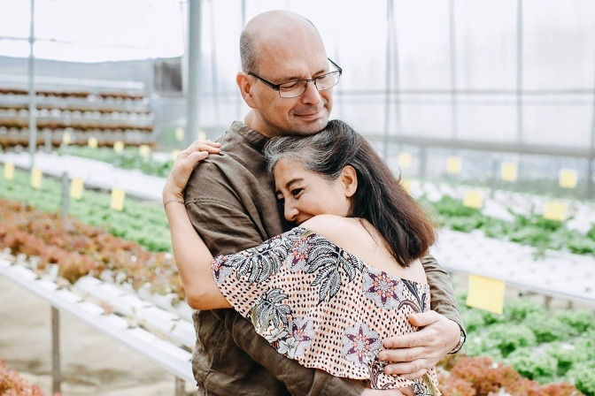 Ein Mann und eine Frau in der Midlife Crisis umarmen sich