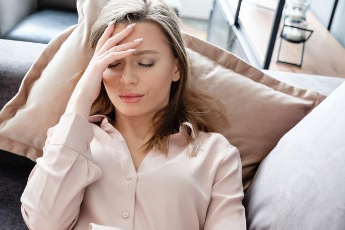 Eine Frau hat Migräne und braucht eine Shiatsu-Behandlung