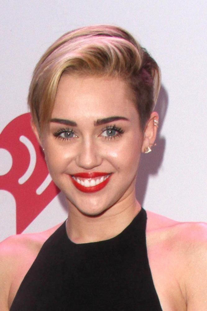 Miley Cyrus trägt eine moderne Kurzhaarfrisur mit Undercut