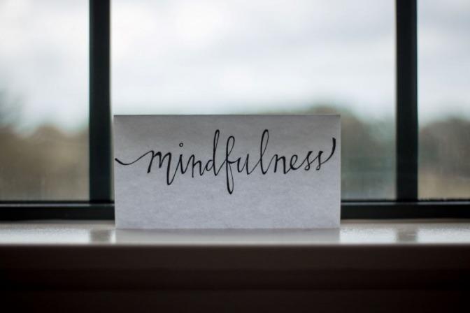 Auf einem Blatt Papier steht die Aufschrift mindfulness