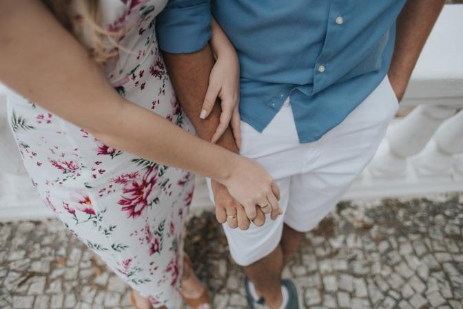 Eine Frau greift zaghaft nach der Hand ihres Mannes.