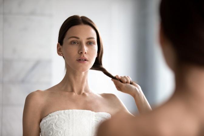 Eine Frau redet mit sich selbst und macht sich Komplimente