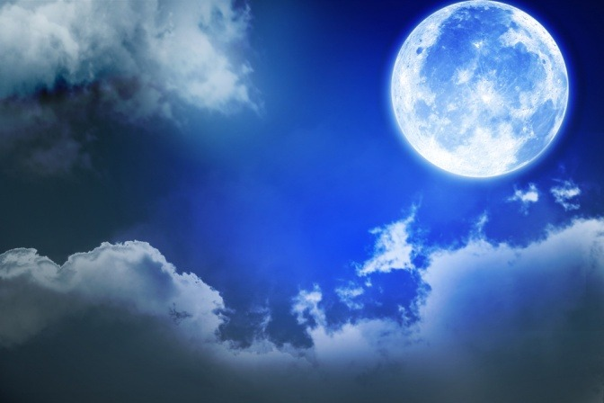 Vollmond am Abendhimmel
